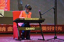 员工家属带来电子琴独奏