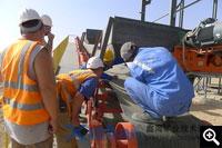 对苏丹工人进行设备操作讲解