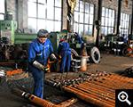 鑫海生产厂区工人正在工作