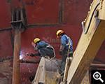 安装工人在进行电焊作业