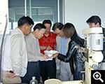 鑫海董事长张云龙与客户查看试验得出的产品