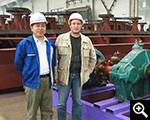 客户与鑫海专家在生产厂区